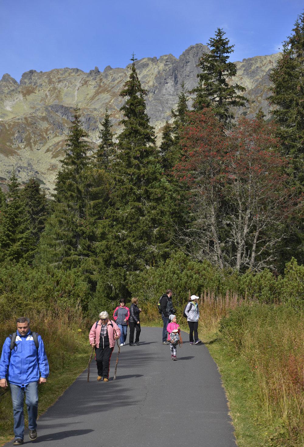 Turisti na prístupovej ceste k horskému hotelu Popradské pleso.