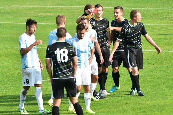 Šaľa porazila V. Ludince 3:0. Dva góly dosiahla zpokutových kopov. Premiéra trénera M. Ďatka bola úspešná.