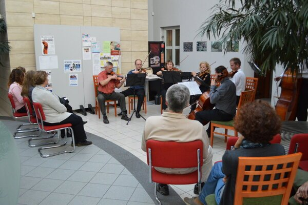 Koncert Kysuckého komorného orchestra v priestoroch mestského úradu zaujal.