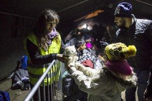 Utečencom na hraniciach pomáhajú aj slovenskí dobrovoľníci, stovky sa hlásia pomáhať aj doma.