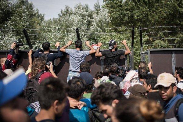 Utečenci pri plote na srbskomaďarských hraniciach.
