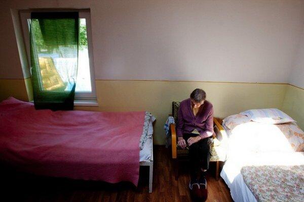 Starí ľudia to na Slovensku nemajú ľahké.