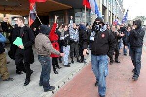 Protestujúci musia odkryť svoju tvár iba počas policajného zákroku a po výzve policajta.