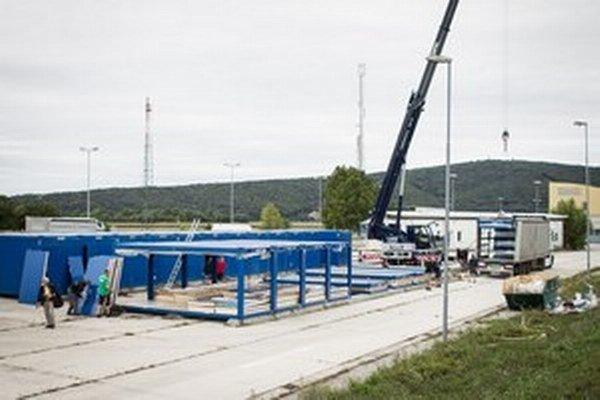 Výstavba tábora pre utečencov pri hraničnom priechode Berg.