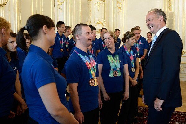 Prezident Andrej Kiska (vpravo) a členovia výpravy Slovenského hnutia špeciálnych olympiád, ktorí nás reprezentovali na Svetovej letnej špeciálnej olympiáde v Los Angeles počas prijatia v Prezidentskom paláci.