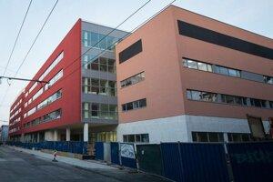 Do termínu otvorenia sa na Cintorínsku ulicu presťahuje aj vojenská nemocnica z Patrónky.