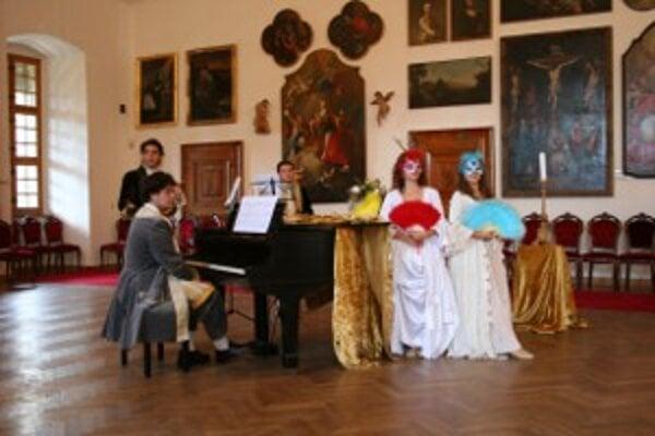 Herci ozvláštnili návštevníkom klasickú prehliadku.