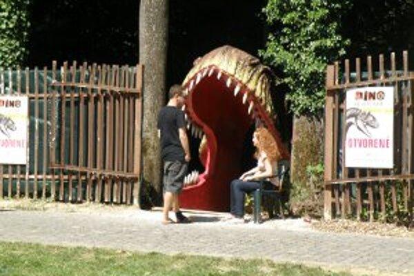 Do zábavného parku sa vchádza cez papuľu dinosaura.