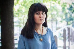 Sahraa Karimi pochádza z bohatej afganskej rodiny. Pred krutou vládou Talibanu utiekla do Iránu. Hrala vo filme, na Slovensko prišla v roku 2001 na pozvanie filmového festivalu. Vyštudovala VŠMU a v Afganistane nakrúca filmy.