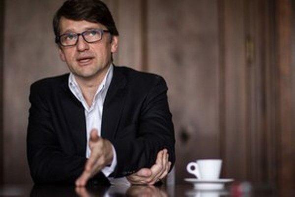Marek Maďarič (48) vyštudoval dramaturgiu a scénaristiku, pracoval v STV, v Smere pôsobí od jeho začiatkov.