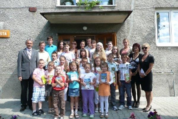 Úspešných žiakov privítal na obecnom úrade starosta.