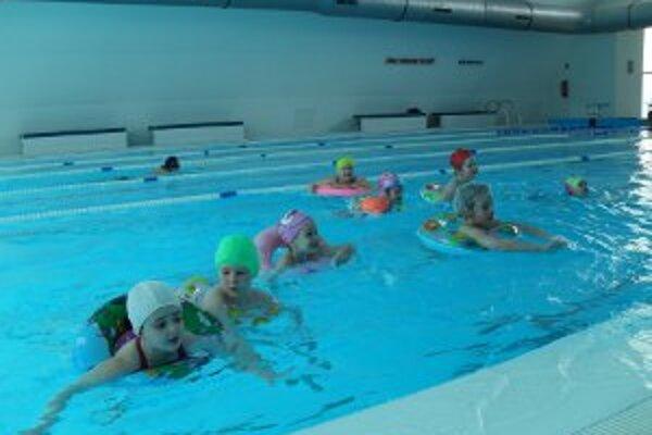 Deti sa učili plávať pod dohľadom tréneriek.