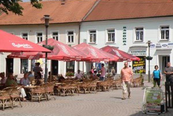 Po 22. hodine budú terasy otvorené len v centre Prievidze.
