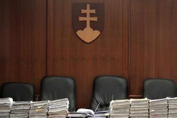 Verejní funkcionári by počas výkonu svojej funkcie nemali vykonávať advokátsku prax.