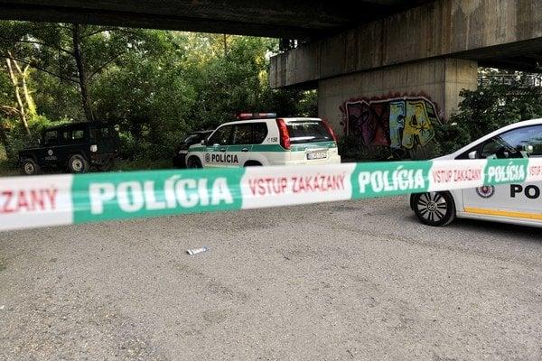 Polícia uzavrela oblasť pod Prístavným mostom.