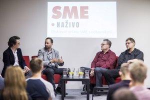 Peter Celec (sprava), Vladimír Burjan, Matej Sapák a moderátor diskusie Ondrej Podstupka.