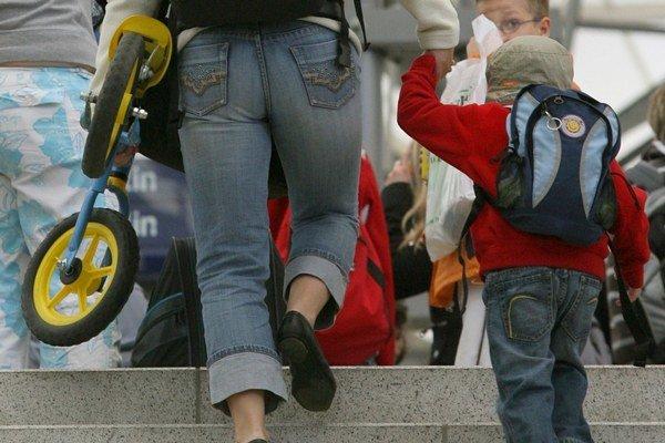 Matky odchádzajú so svojimi deťmi do zahraničia aj pre víziu lepšieho života.