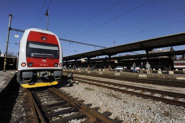 Vlak je obrovský kolos, ktorý môže mať brzdnú dráhu v závislosti od rýchlosti až kilometer a následky zrážky s ním bývajú fatálne.