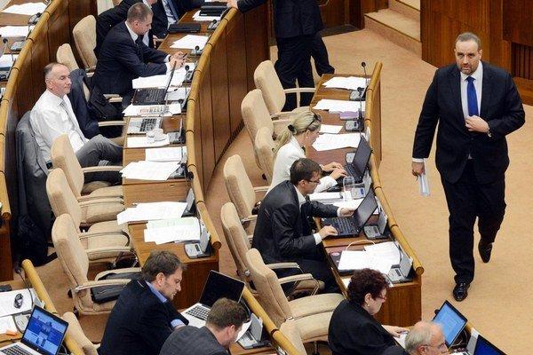 Pavol Frešo dodal Smeru prijateľného kandidáta aj proti vôli vlastnej strany. Marián Kvasnička dodal druhú kandidátku a opustil klub KDH.