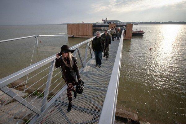 Minulý rok v Šamoríne slávnostne otvorili pontón pre osobnú dopravu po Dunaji. Zatiaľ  je však prázdny a nepoužíva sa.