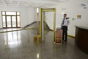 Zamestnanci Krajského súdu v Prešove sa pripojili k jednodňovému výstražnému štrajku, ktorý vyhlásil Odborový zväz justície. Na snímke časť vstupnej haly s kontrolou v budove Krajského súdu v Prešove.