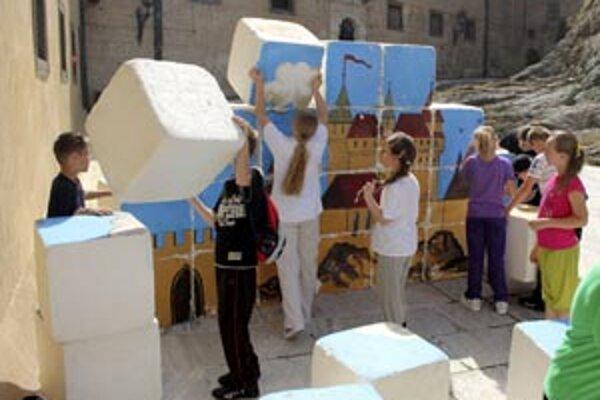 Deti stavali na jednom z nádvorí Bojnický zámok z veľkých kociek.