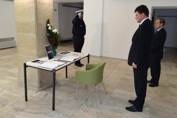 Podpredseda vlády a minister zahraničných vecí a európskych záležitostí SR Miroslav Lajčák (druhý sprava) pri zápise do kondolenčnej knihy v budove Veľvyslanectva Francúzskej republiky v Bratislave.