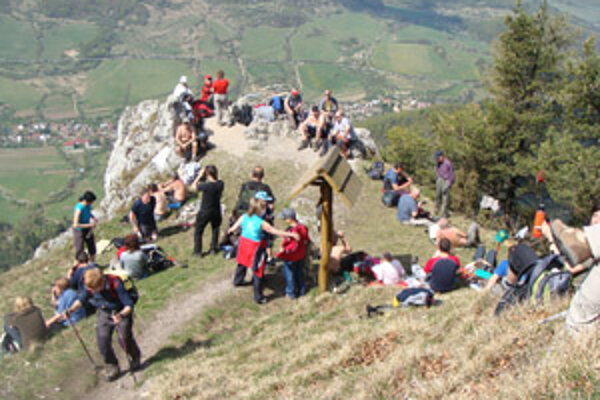 Turisti na vrchole Vápeča.