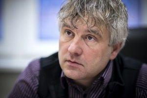 Jozef Mikloško (1969) vyštudoval Lekársku fakultu UK, odbor všeobecné lekárstvo. V roku 2005 mu bol udelený titul docent v odbore Sociálna práca. Pôsobí ako predseda Spoločnosti priateľov deti z detských domovov Úsmev ako dar. Pôsobí na Katedre soci