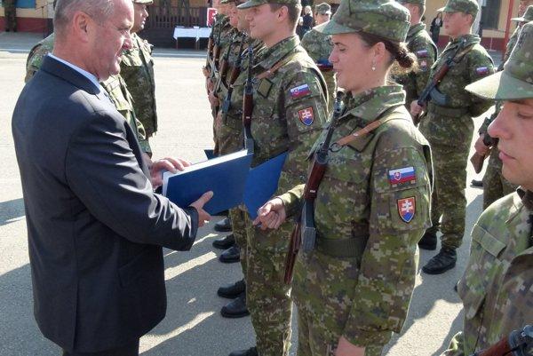 Minister Gajdoš odovzdáva absolventov výcviku pamätné listy.