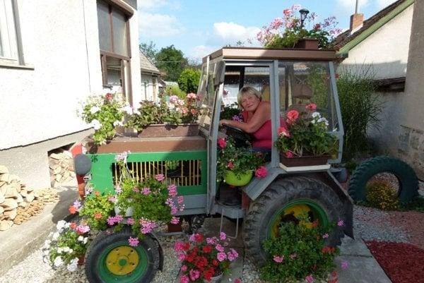 Marta Hrianková a jej vyzdobený traktor.