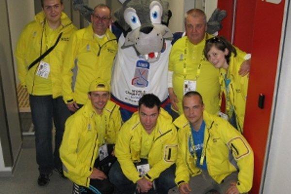 Miroslav Štefík (vľavo dole) s maskotom šampionátu Gooolym a ďalšími dobrovolníkmi.