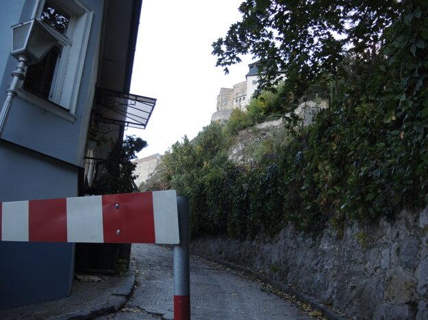 Prístup k hradu je povolený len pre autá zabezpečujúce práce a odstraňovanie časti konštrukcie.