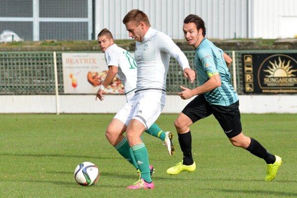 Vo Veľkom Mederi sa z troch bodov tešili hráči Šurian, vpravo Dudáš.