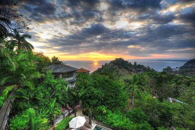Západ slnka na Tichomorskom pobreží pri Puntarenas.