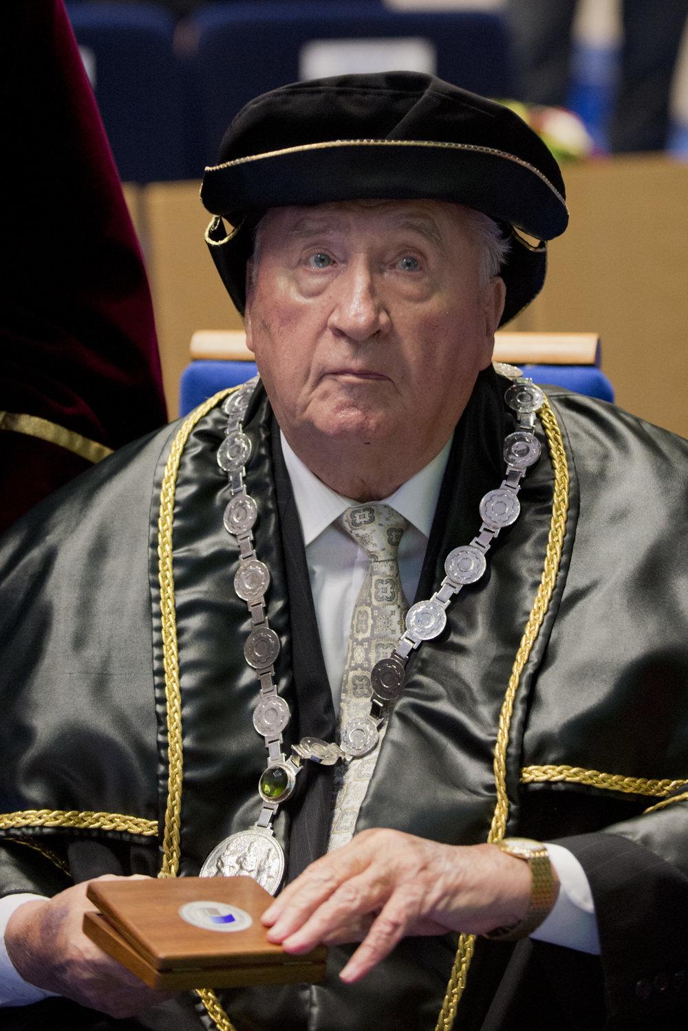 Udelením titulu doctor honoris causa Ekonomickej univerzity prvému prezidentovi SR Michalovi Kováčovi, 3. decembra 2014.
