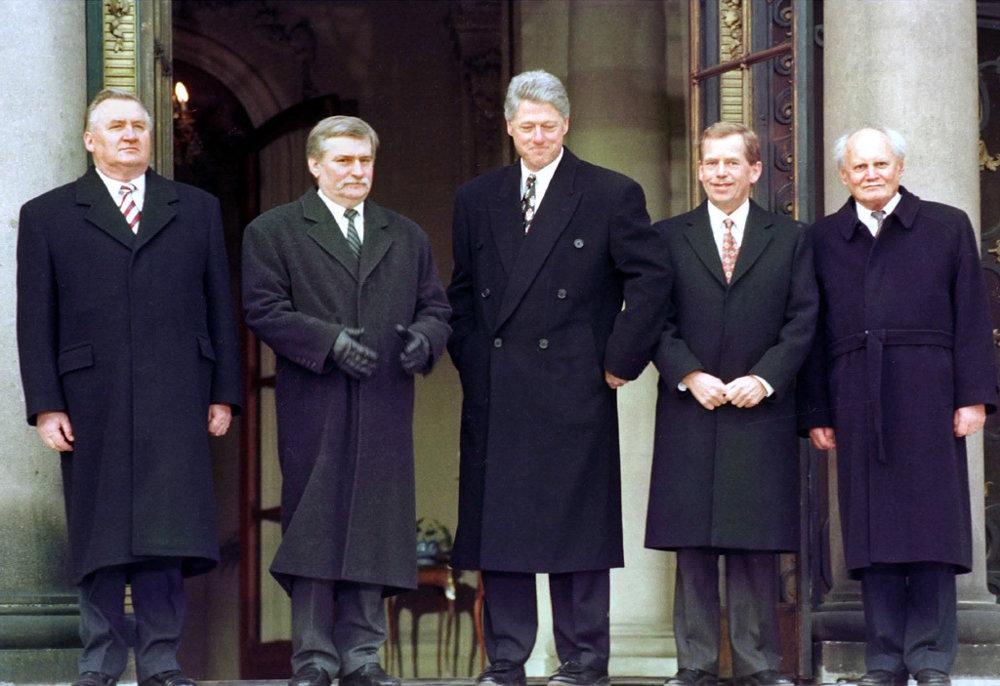 Americký prezident Bill Clinton (uprostred) na záver stretnutia s prezidentmi krajín Višegrádskej štvorky 14. januára 1994 v Prahe. Zľava Michal Kováč (SR), Lech Walesa (PR), Clinton, Václav Havel (ČR) a Árpád Göncz .