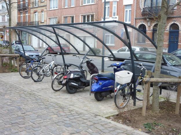 Pozornosť pre cyklistov. Cyklisti deň čo deň narážajú na mnoho problémov a jedným z nich je nedostatok zariadení, kde by si ľudia svoje bicykle mohli bezpečne odložiť. Niekoľko stojanov síce pribudlo pred Auparkom, či na železničnej stanici, no ak by mali ľudia cestovať ďalej vlakom, privítali podobné prístrešky, ako na fotografii z Bruselu.