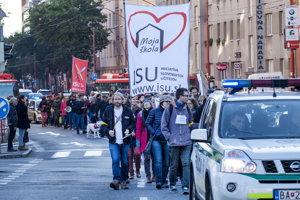 Iniciatíva slovenských učiteľov (ISU) zorganizovala protestný pochod od Domu odborov v Bratislave k ministerstvu financií pod názvom Bazálny pochod.