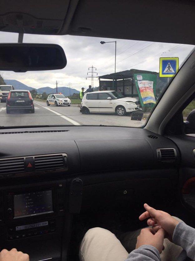 Osobné auto skončilo v autobusovej zastávke.