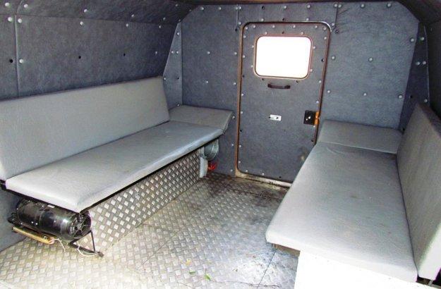 V zadnej časti stroho zariadeného interiéru sú umiestnené dve lavice pre osem osôb