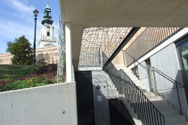 Súčasťou nového objektu pod hradom sú verejné toalety. Nachádzajú sa pod schodmi, vstup je aj z kaviarne.