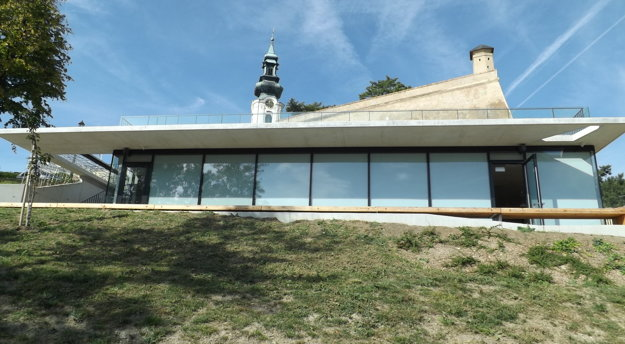 V lete sa bude sedieť aj na terase pred kaviarňou a na streche.
