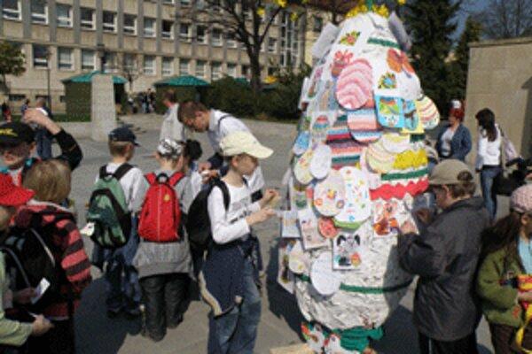 Deti zdobili veľkonočnými symbolmi obrovské vajce.