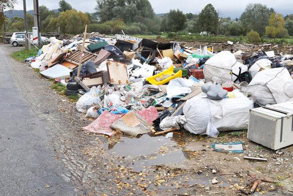 Tony odpadu vedľa cesty aželeznice vo Veličnej.