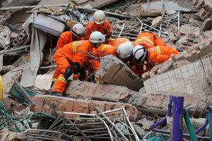 Explózia v paneláku v Číne si vyžiadala najmenej 14 mŕtvych