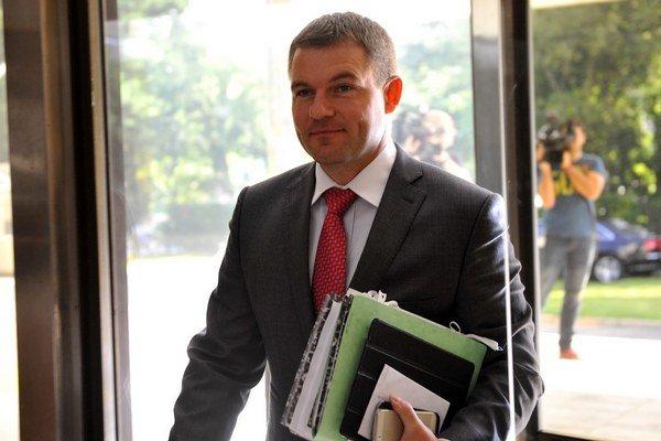 Nový minister školstva Peter Pellegrini má aj nového tajomníka.