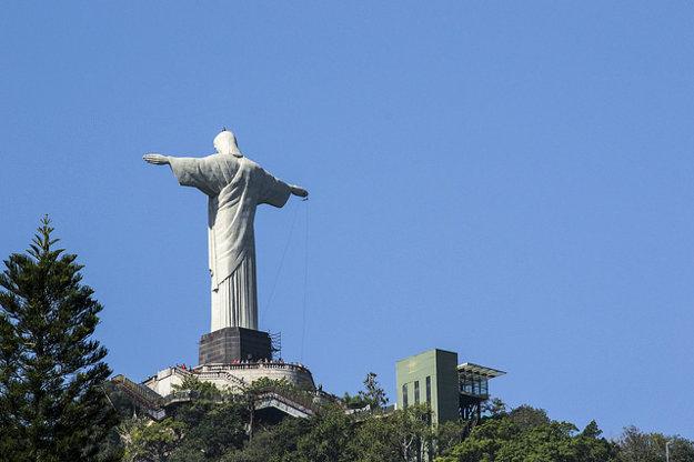 Menej tradičný pohľad na sochu Krista Spasiteľa.