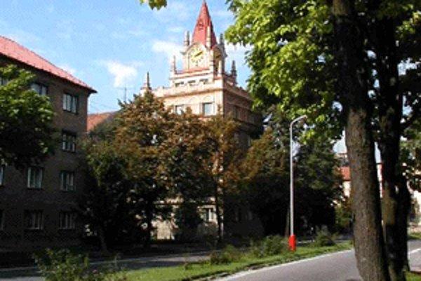 Jednou z najznámejších stavieb v jubilujúcej Handlovej je vežička s hodinami.