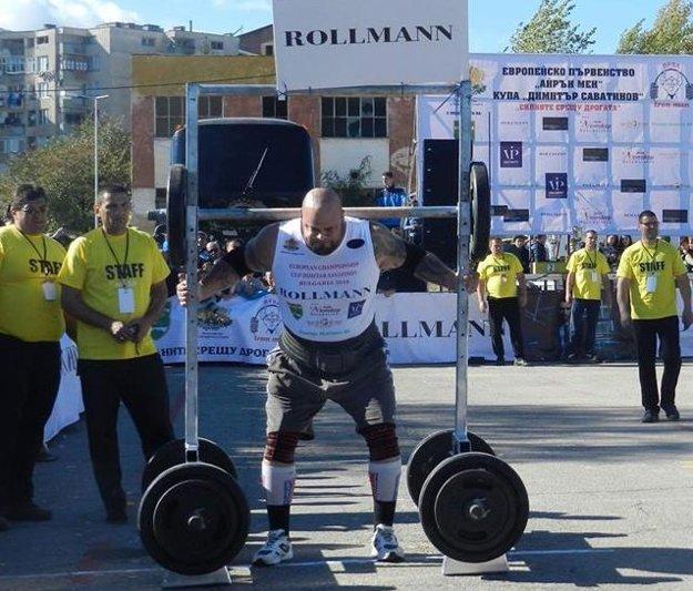 Milan Šuľan nesie 400 kg vážiaci yok.